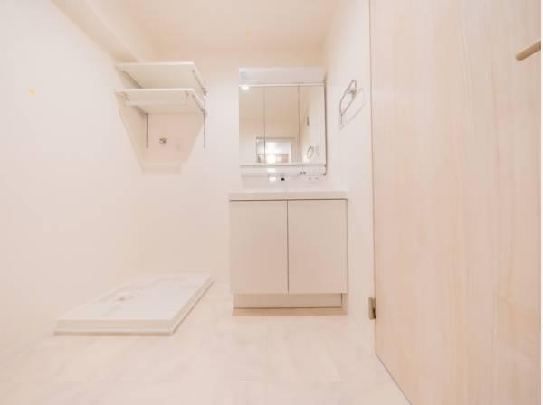 パウダールームは、ホワイトを基調とした明るく清潔感溢れる空間。リネン類や洗剤などを収納できる棚も設置し、美しさと暮らしやすさの両面を揃えました。