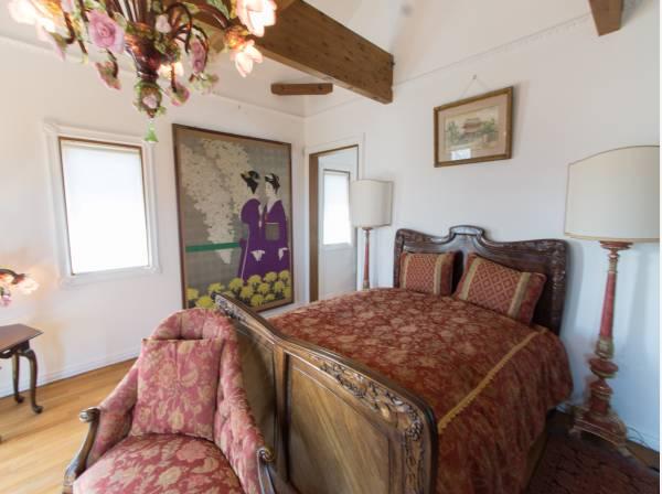 ゲストルームとして、ゆったりと寛いで頂ける空間。落ち着いた時間が過ごせる、高い天井とシンプルな内装です。