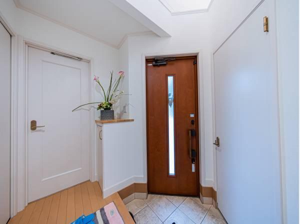 上質感漂う玄関と廊下。居住者の帰り、訪れる方を優しく迎え、安らぎに満ちた生活空間を予感させてくれます。
