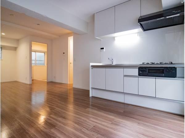 開放的なオープンキッチンはリビングとの一体感のある明るい空間。