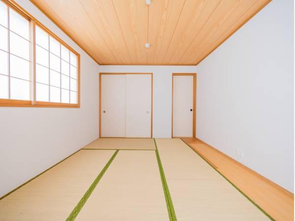 十分な収納力のある押入れを設置した広々7帖の和室。横になって寛げる温かみのある空間です。