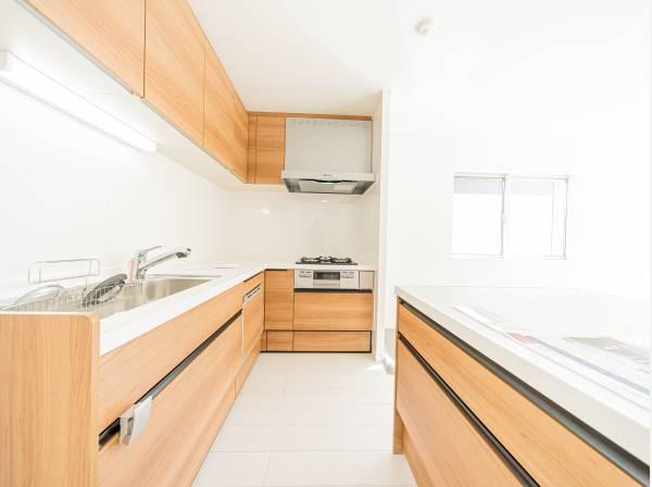 明るい自然光が入るキッチン作業スペースを多くとった壁付けキッチン採用。ご家族みんなでキッチンに立っても調理がしやすく余裕の広さ。食器類もすっきりと片付く余裕の収納力。家事をしながら会話も弾む。