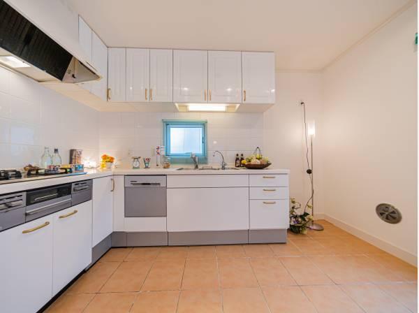 動きに無駄がなくなるL字型を採用。家事を効率よくこなせます。プライベートスペースを彩るインテリアとしての美と、快適な日常を支える機能性と強さがひとつになったキッチンです。