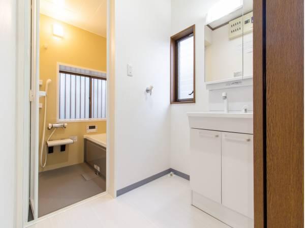 十分な大きさの洗面台は、身だしなみチェックや歯磨きなど、朝の慌ただしい時間でも余裕とゆとりを感じて頂けます。