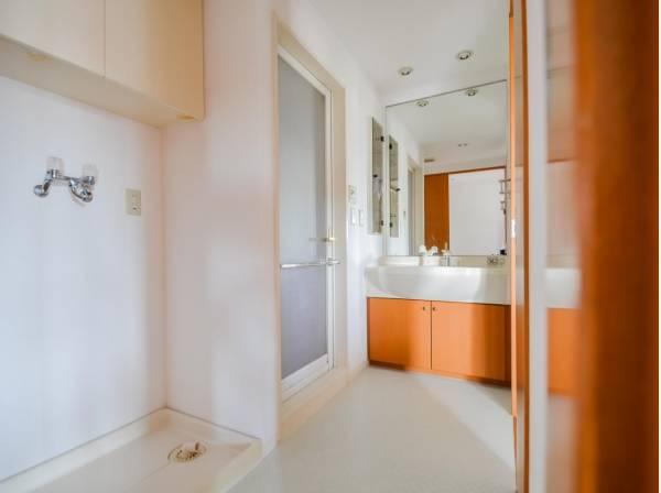 ご家族の1日が始まり、1日が終わりを締めくくる洗面空間。洗濯機を配置しても十分なスペースを確保した設計となっております。バスルームもゆったりとした広さをご用意。