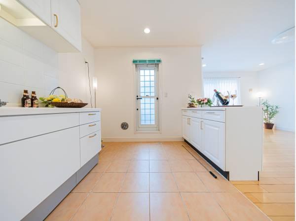 お洒落なアイランド型キッチンを採用し、リビングと一体感のある空間に。ハイグレードな機能とデザイン性を兼ね備えたキッチンです。