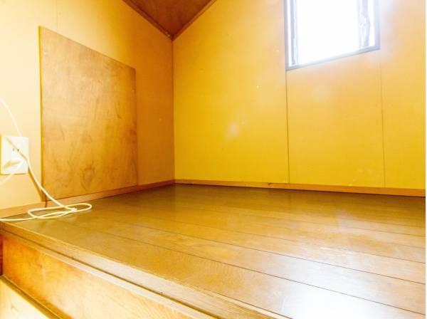 普段は収納できる可動はしごを上ると、屋根裏の有効スペースの開けた空間ができます。収納にするもよし、自分だけのプライベートスペースにするもよし。あると嬉しい大空間です。