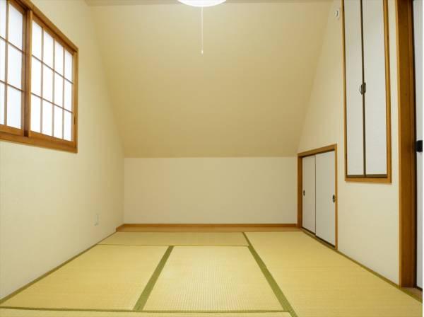 家族団らんのできる和の空間。お客様のおもてなしにも良さそうです。畳の香りに癒され、和の空間を感じることのできる落ち着きある一部屋です。
