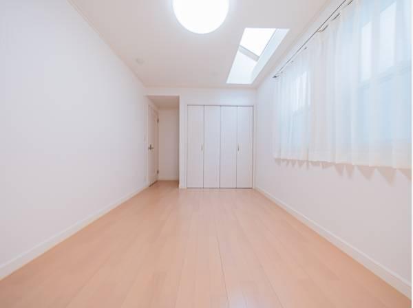 2面採光の明るい洋室は天窓からの光につつまれる心地よいプライベート空間。