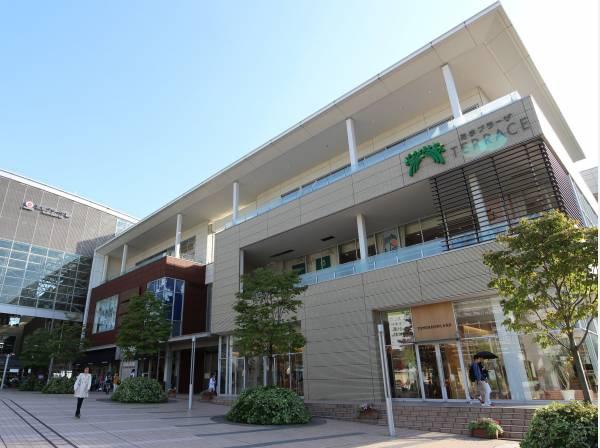 たまプラーザテラスまで 約1800m。たまプラーザ駅直結のショッピングエリア。ファッション、グルメが楽しめるレストラン、インテリア雑貨などお洒落なお店が揃います。