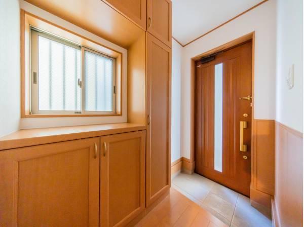 収納力の豊富な玄関は、ウッド調で造っています♪ゆとりある玄関ホールは荷物の運び込みを快適に行えますね。