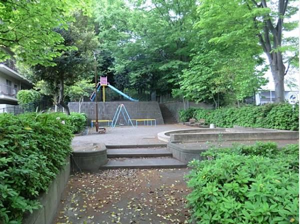 菅生清水公園まで400m 。住宅街の中の小さな公園ですが、2段構造になっており、小さなお子様が安心して遊べる遊具が揃っています。砂場もベンチもあるのでゆっくり遊べそうですね。