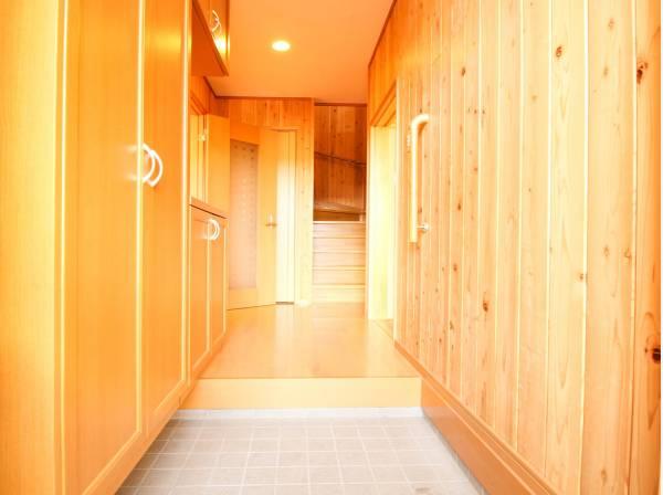 建物に入ると木の香りが立ち込めます。上質感漂う玄関と廊下は、住まう人の帰り、訪れる方を優しく迎え、安らぎに満ちた生活空間を予感させます。たっぷりの収納スペースも魅力ですね。
