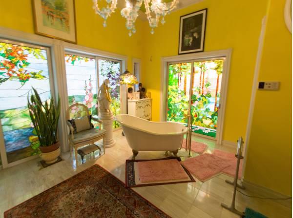 広々と開放的なバスルームは、RelaxationとRefreshのための大切な空間。ゆったりと時を忘れてお寛ぎ下さい。