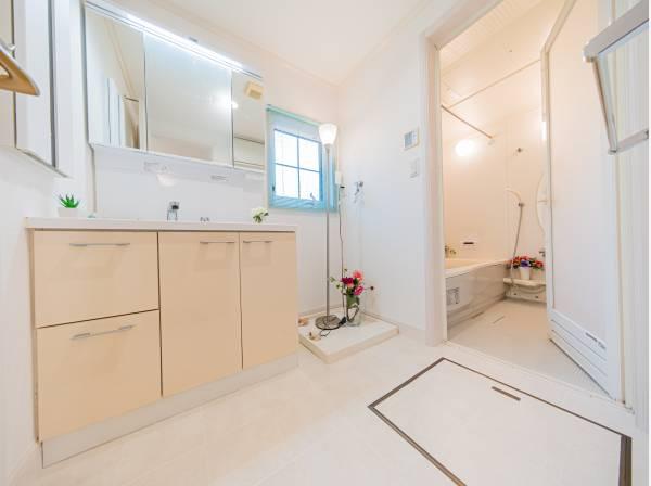 高級感と清潔感のあるカラーでコーディネイトされたパウダールーム。ゆとりあるスペースと、たっぷり用意された収納で、いつも美しい空間を保てます。