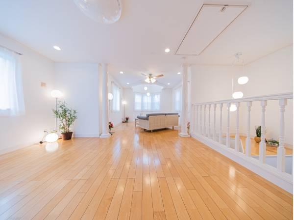 高級感と上質感あふれる約24帖の大空間。吹抜けと多くとられた窓が開放的空間を演出しています。