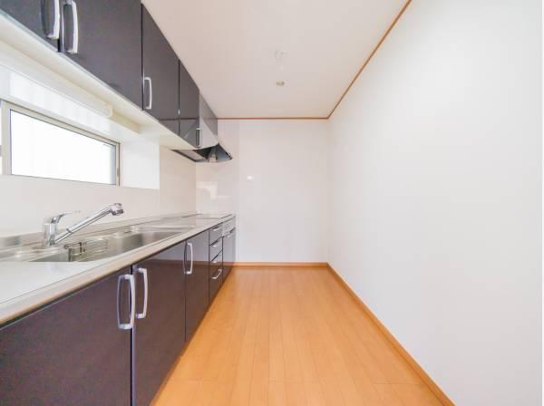 窓から明るい光が差し込むキッチンは、作業に集中しやすい独立型タイプ。ゆとりのスペースを確保してるので、大型のカップボードや冷蔵庫を設置してもゆとりがあります。