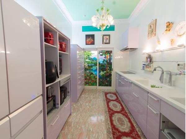 大きな厨房とは別に、プライベート用のキッチンスペース。清潔感あるカラーで、機能的な動線がとれるように造られています。